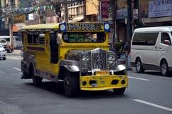 Färgrika Jeepney i Manila Arkivbilder