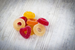 Färgrika Jelly Candy på vit träbakgrund arkivbild