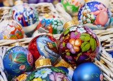 Färgrika julbollar med olika dekorativa modeller arkivbild
