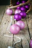 Färgrika julbollar på trätabellen Arkivfoton