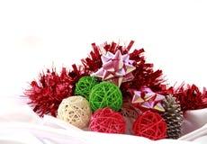 Färgrika julbollar som bakgrund Arkivfoton