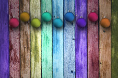 Färgrika julkulor på träbräden Royaltyfri Bild