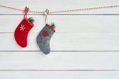 Färgrika julsockor på vit träbakgrund kopiera avstånd royaltyfri fotografi
