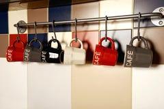 Färgrika kaffekoppar på krokar Royaltyfri Foto