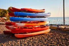 färgrika kajaker för strand royaltyfri fotografi