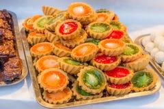 Färgrika kakor på marknaden arkivbilder