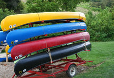 Färgrika kanoter Arkivfoton