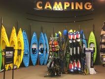 Färgrika kanoter och liftjackets som är till salu på lagret royaltyfria bilder