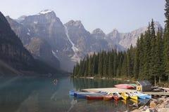Färgrika kanoter och morän sjö, Alberta royaltyfri bild