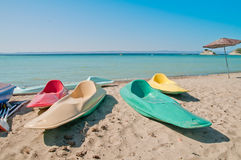 Färgrika kanoter på strand Royaltyfri Bild