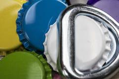 Färgrika kapsyler och flasköppnare Arkivbild