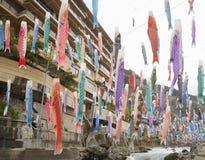 Färgrika karpfiskflaggor hängde för den Koinobori festivalen Royaltyfria Foton