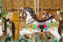 Färgrika karusellhästar Arkivbild