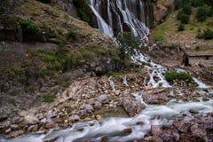 Färgrika kaskader av vattenfall i den Aladalgar nationalparken i Turkiet royaltyfri foto