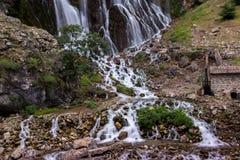 Färgrika kaskader av vattenfall i den Aladalgar nationalparken i Turkiet royaltyfria foton
