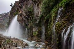 Färgrika kaskader av vattenfall i den Aladalgar nationalparken i Turkiet fotografering för bildbyråer