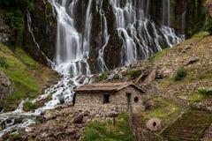 Färgrika kaskader av vattenfall i den Aladalgar nationalparken i Turkiet royaltyfria bilder