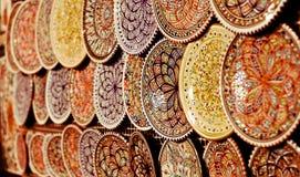 Färgrika keramiska plattor hängde på skärm i orientaliska marknader i casbahen royaltyfri foto
