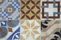 Färgrika keramiska tegelplattor med Portugal medelhavs- stil mönstrar bakgrund royaltyfria bilder