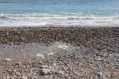 Färgrika kiselstenar på stranden Arkivfoton