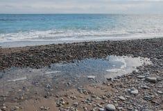 Färgrika kiselstenar på stranden Arkivbilder