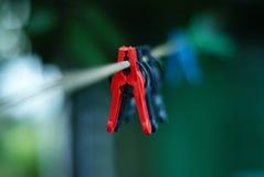 färgrika klädnypor Arkivfoton