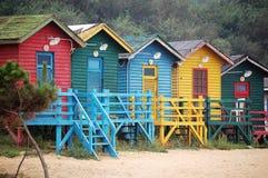 färgrika kojor för strand Royaltyfri Bild