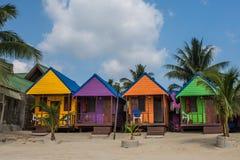 färgrika kojor för strand Arkivfoto