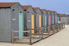 färgrika kojor för strand Royaltyfri Fotografi