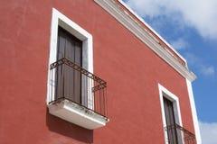Färgrika koloniala balkonger i Valladolid, Mexico Royaltyfri Fotografi