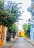 Färgrika koloniala buidlings i gatorna av Cartagena fotografering för bildbyråer