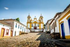 Färgrika koloniinvånarehus och kyrka i stad av Tiradentes - Minas Gerais, Brasilien arkivfoton