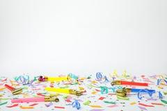 Färgrika konfettier, banderoller och partiblåsare Arkivfoton