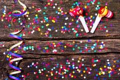 Färgrika konfettier på trä som är lantligt Arkivfoton