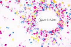 Färgrika konfettier på vit bakgrund med text Arkivbilder