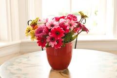Färgrika konstgjorda blommor som göras från torkduken Arkivfoton