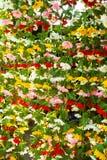 Färgrika konstgjorda tygblommor som säljs i den Jatujak marknaden, Thailand Royaltyfria Foton