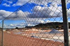Färgrika konstruktionsaggregatberg i Alicante, Spanien royaltyfria foton