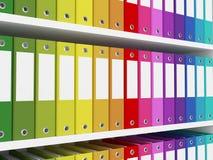 Färgrika kontorsmappar på hyllorna Royaltyfri Foto