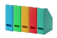Färgrika kontorsmappar som isoleras på vit Royaltyfri Foto