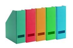 Färgrika kontorsmappar som isoleras på vit Royaltyfri Bild