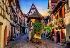 Färgrika korsvirkes- hus i Eguisheim, Alsace, Frankrike fotografering för bildbyråer