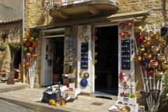 Färgrika krukmakerier i en shoppa Fotografering för Bildbyråer