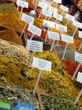 Färgrika kryddor i en Jerusalem marknad Royaltyfri Bild