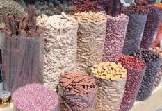 Färgrika kryddor som säljs på en traditionell arabisk souk, marknadsför Arkivbilder