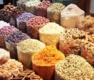 Färgrika kryddor som säljs på en traditionell arabisk souk, marknadsför Royaltyfria Foton