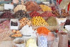 Färgrika kryddor som säljs på en traditionell arabisk souk, marknadsför Royaltyfri Bild