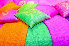 färgrika kuddar royaltyfria foton