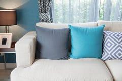färgrika kuddar på den moderna soffan i modern vardagsrum Royaltyfria Foton