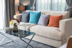färgrika kuddar på den moderna soffan i modern vardagsrum Arkivbild